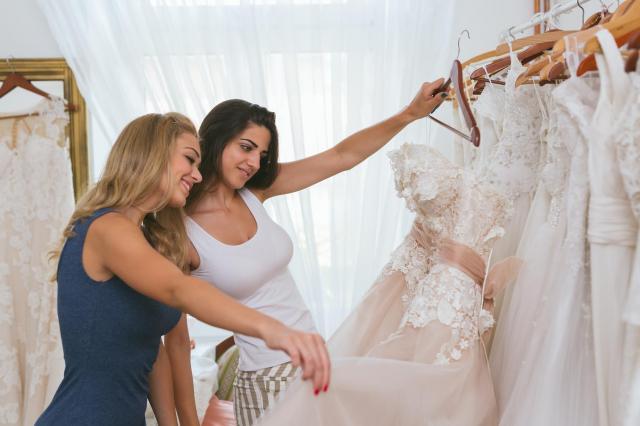 Jak dopasować suknię ślubną do sylwetki?