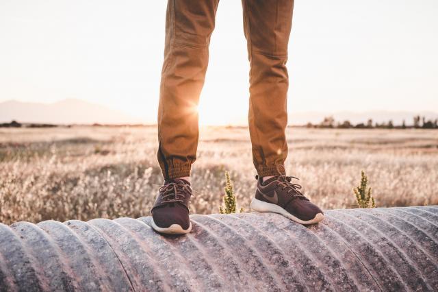 Modne sneakersy – 5 kultowych modeli na wiosnę